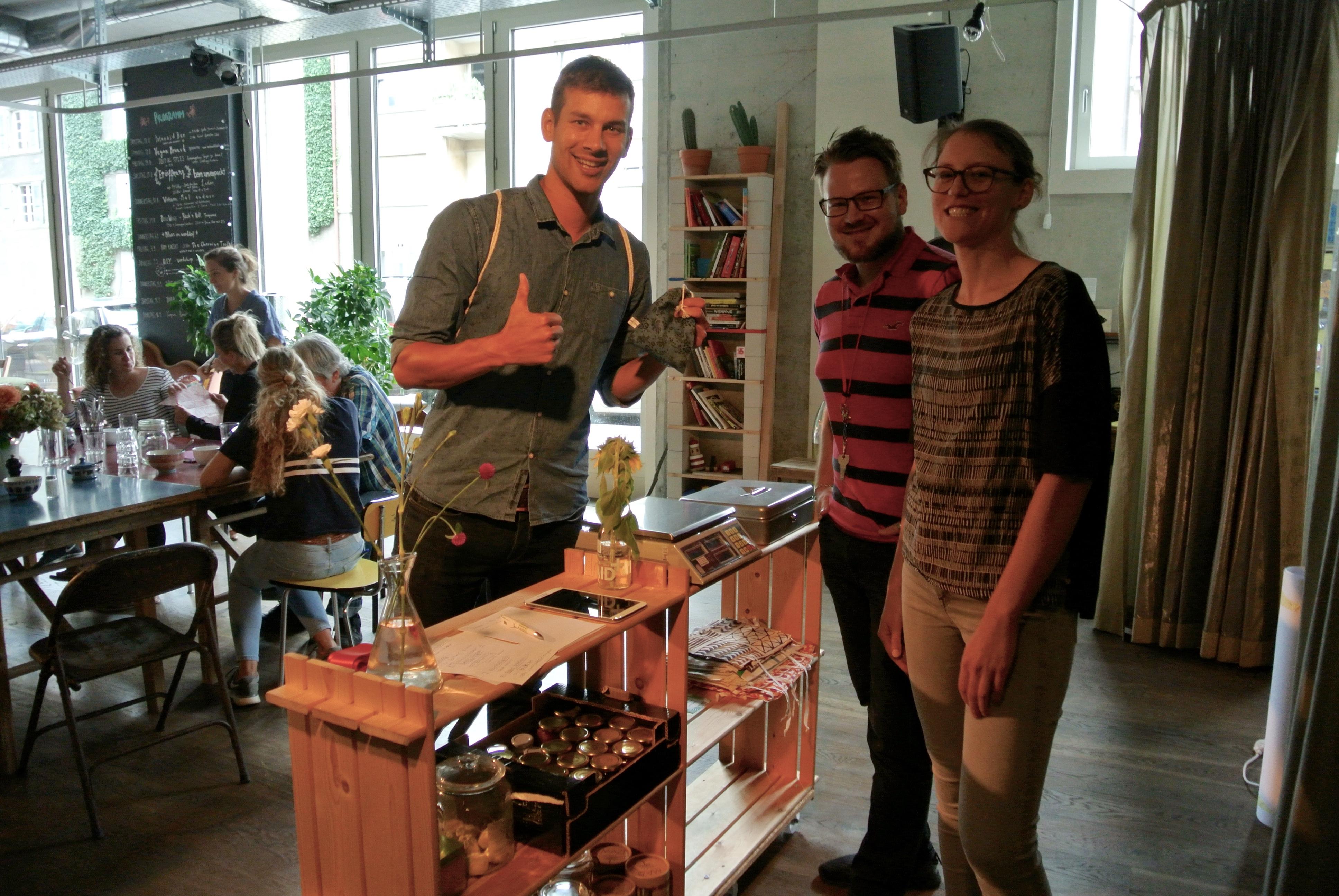 Michel Bühler von Trash Hero Switzerland tätigt den ersten Einkauf bei Bern Unverpackt